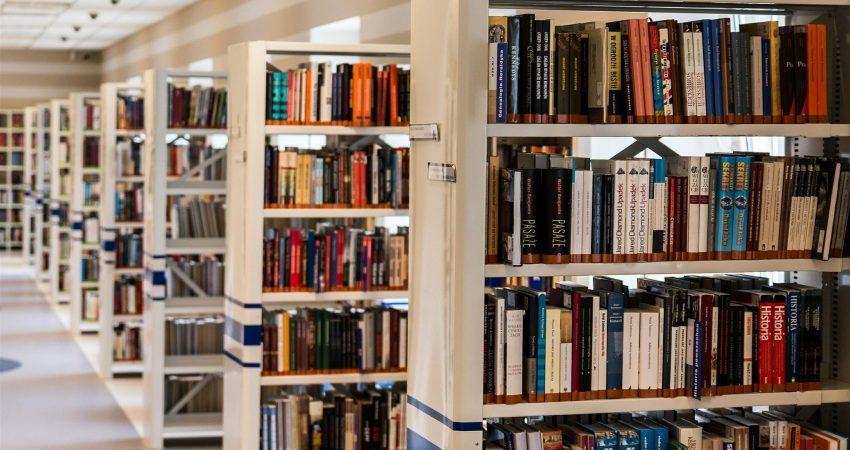 Regale in Bibliothek