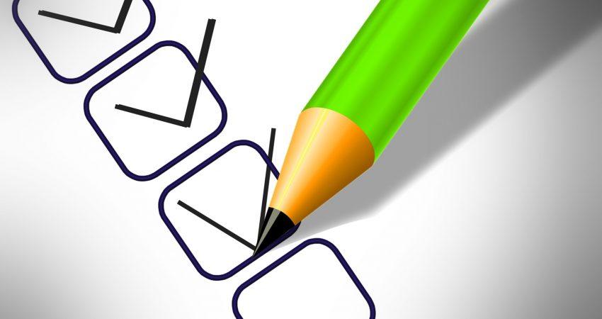 Kriterien abhaken mit grünem Bleistift