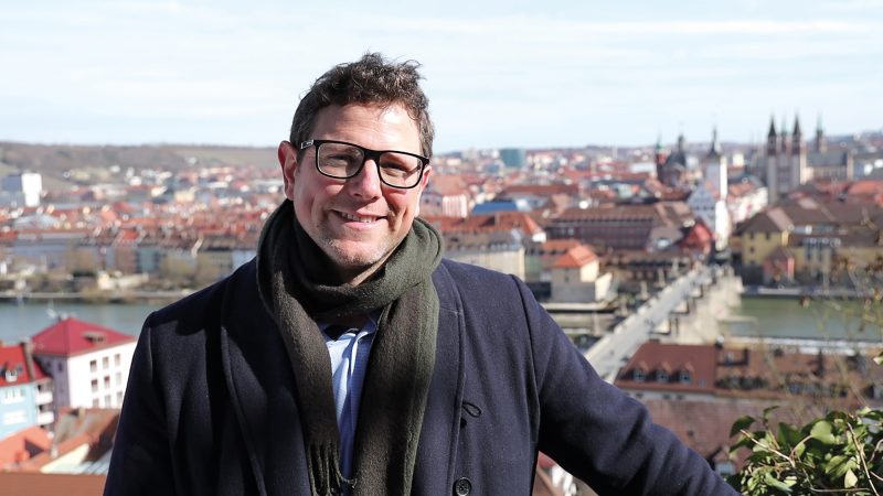 Martin Heilig Klimabürgermeister vor Stadtkulisse Würzburg