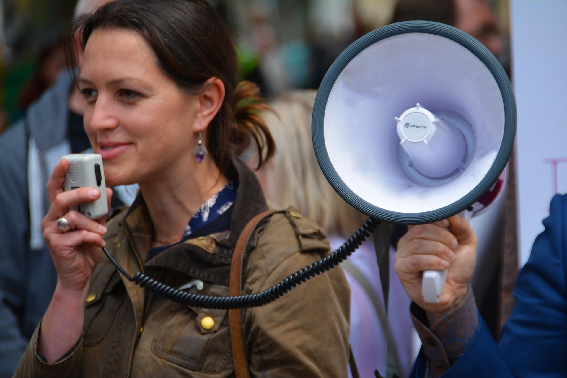 Demonstrantin mit Megaphone