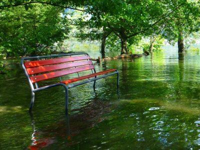 Hochwasser überflutet Weg