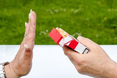 Hand bietet Zigaretten an, andere lehnt ab