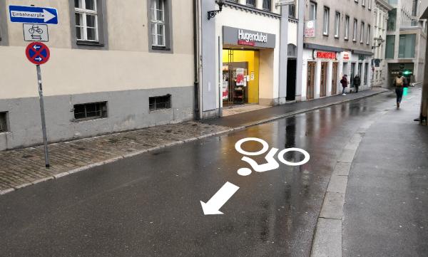 Beispiel einer deutlichen Kennzeichnung Radgegenverkehr in einer Einbahnstraße