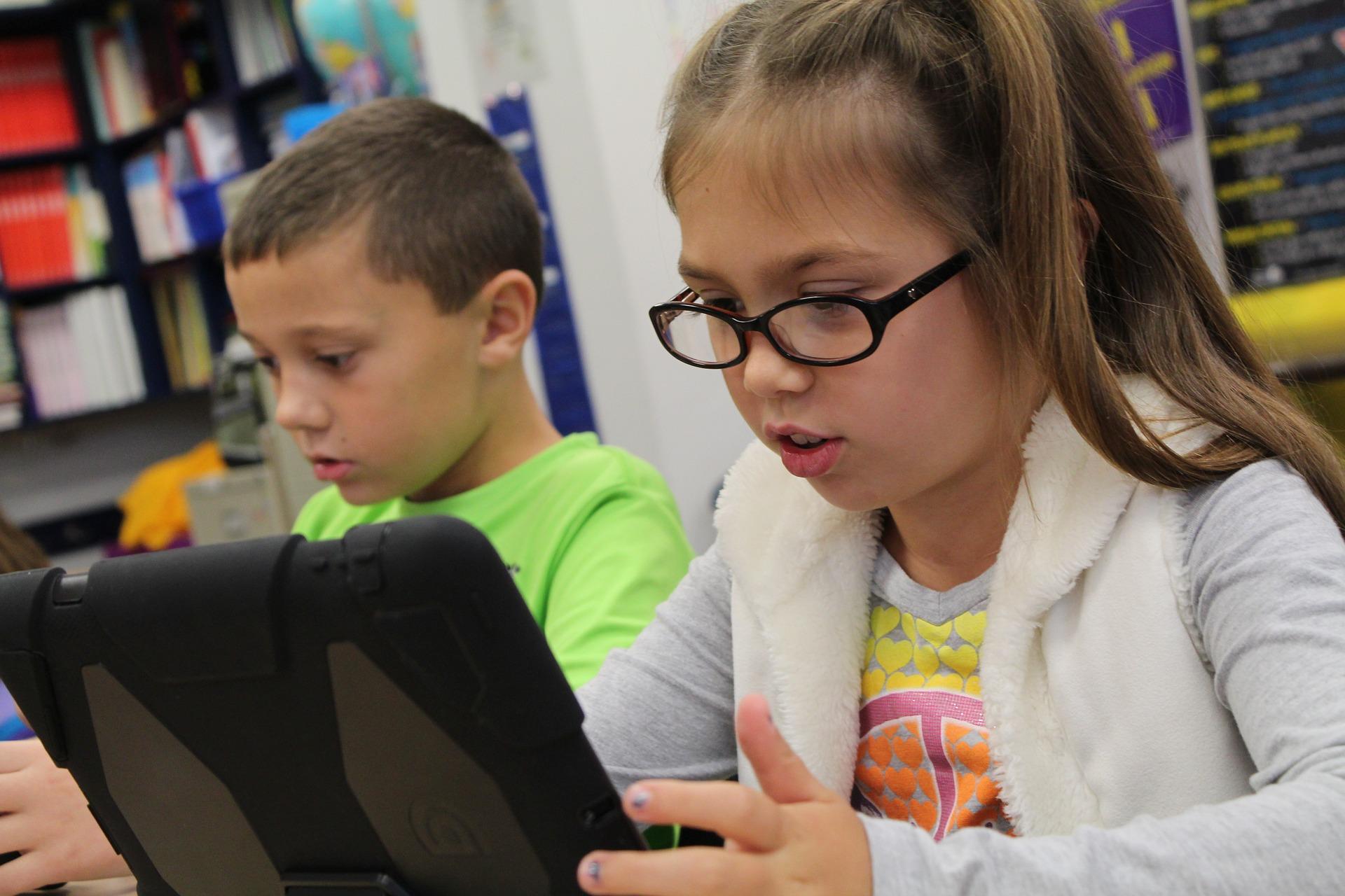 NACHGEFRAGT: Mobile Endgeräte für bedürftige Schüler*innen im Homeschooling