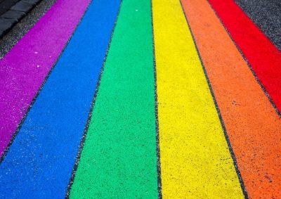 Regenbogenmarkierung auf Straße