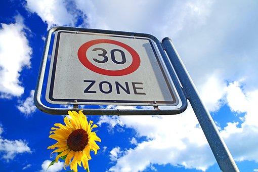 Straßenschild Zone 30 km/h
